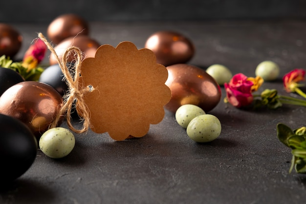 Blank brown tag with easter eggs. happy easter greeting card Premium Photo