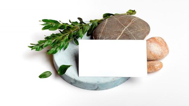 Пустая визитка с голубыми бетонными и морскими камнями, цветочными элементами Premium Фотографии