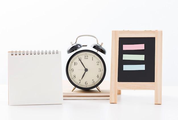 Пустой календарь и доска и время часов с пяти минут до семи часов на белом Premium Фотографии