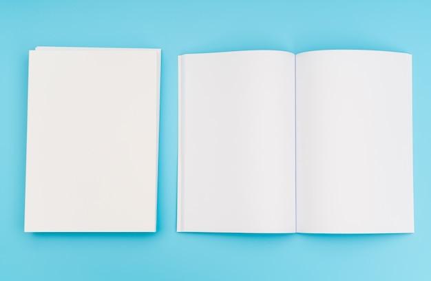 빈 카탈로그, 잡지, 책 파란색 배경에 조롱. . 무료 사진