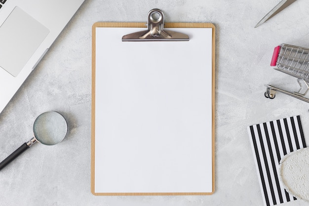 Blank clipboard with grocery cart Free Photo