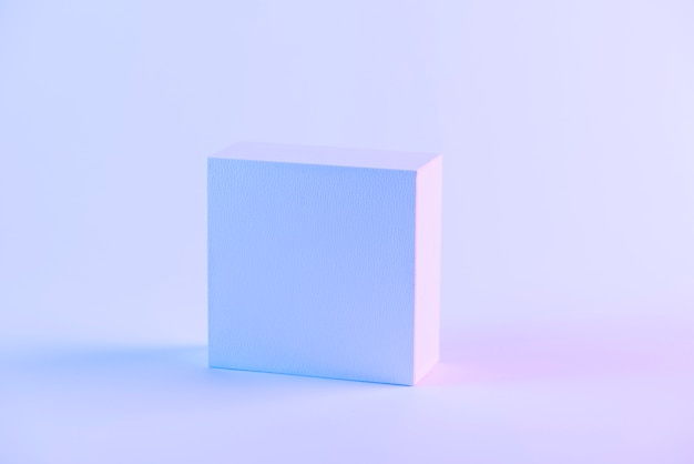 An blank closed box against purple background Free Photo