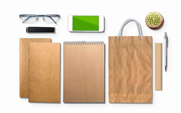 Пустой дневник, блокнот, телефон и очки, изолированные на белом. 3d иллюстрации Бесплатные Фотографии