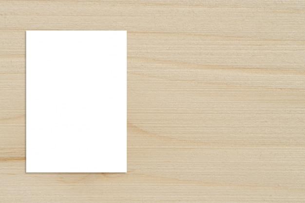 Пустой сложенный бумажный плакат, висящий на деревянной стене, шаблонный макет для добавления вашего дизайна. Бесплатные Фотографии