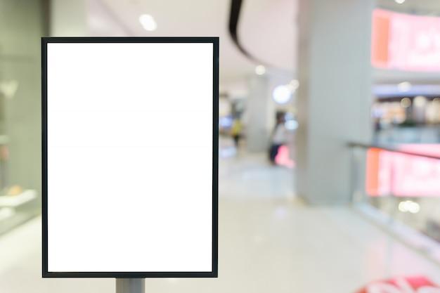 ショッピングモールであなたのテキストの垂直ポスター看板サインの空白のフレーム。 Premium写真