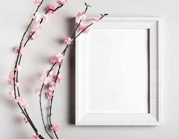 Cornice vuota con bellissimi fiori accanto Foto Gratuite