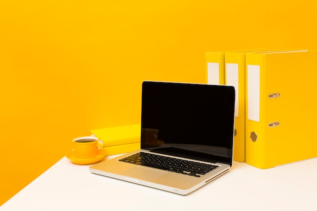 Пустой ноутбук и желтые папки Premium Фотографии