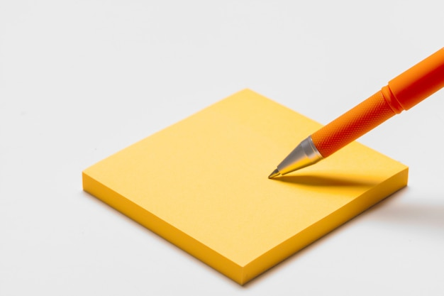 Blank memo pad note with pen close up Premium Photo