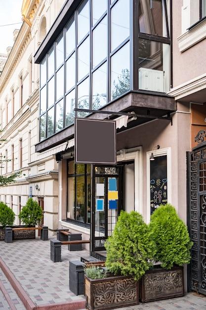 Vuoto mock up design dell'insegna del caffè sul bel edificio all'aperto Foto Gratuite