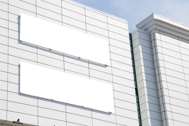モールの建物の壁にコピースペースがある空白のモックアップ屋外広告 Premium写真