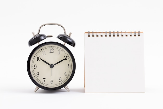 Пустой блокнот и старинные часы Premium Фотографии