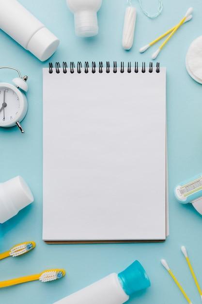 衛生用品に囲まれた空白のメモ帳 無料写真