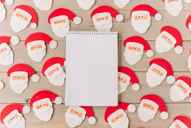 Blank notepad with small santa clauses Free Photo