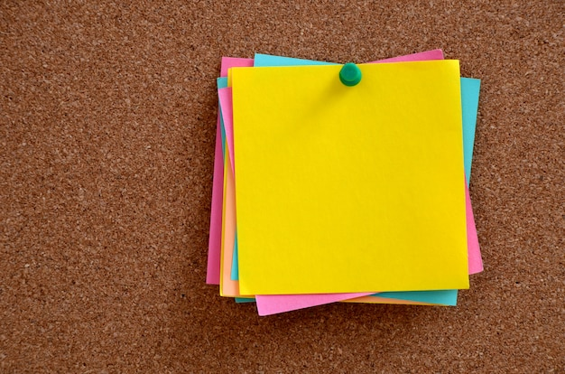 Blank notes pinned into brown corkboard Premium Photo