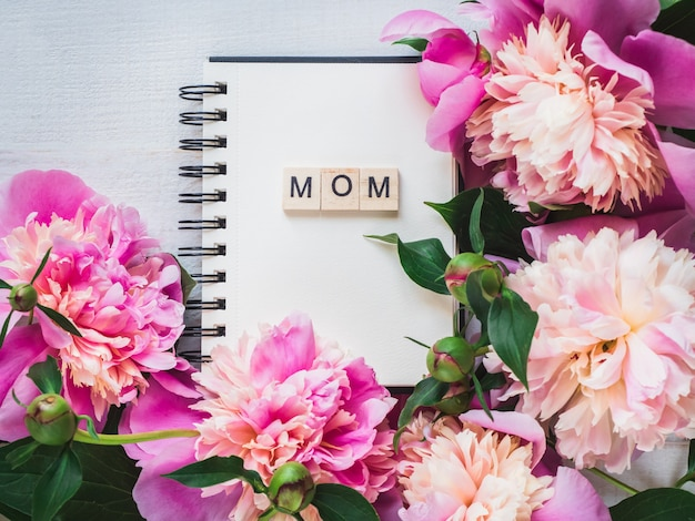 Blank page of the notebook with the word mom Premium Photo