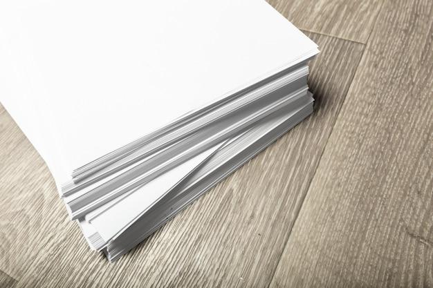 Куча бумаги на дереве Premium Фотографии