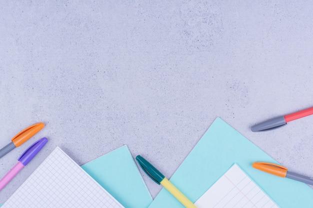 빈 종이와 회색 표면에 다채로운 연필 무료 사진