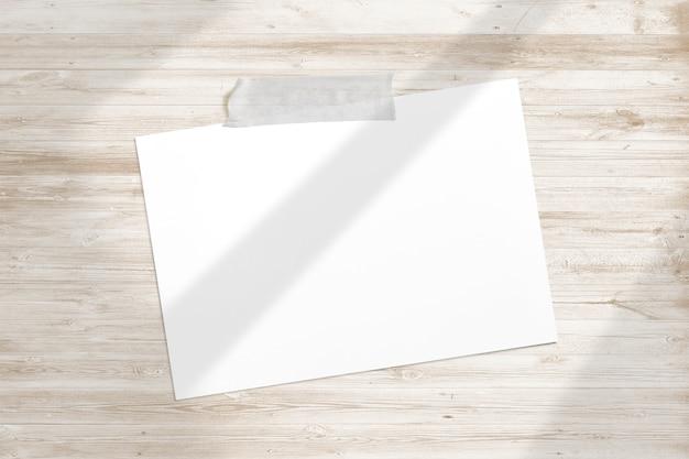 Пустая фоторамка приклеена липкой лентой к деревянной фактуре с мягкими тенями для окон глинобитная Бесплатные Фотографии