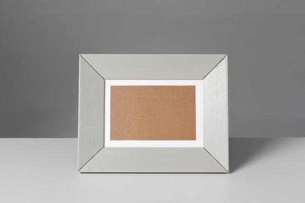 테이블에 빈 사진 프레임 프리미엄 사진