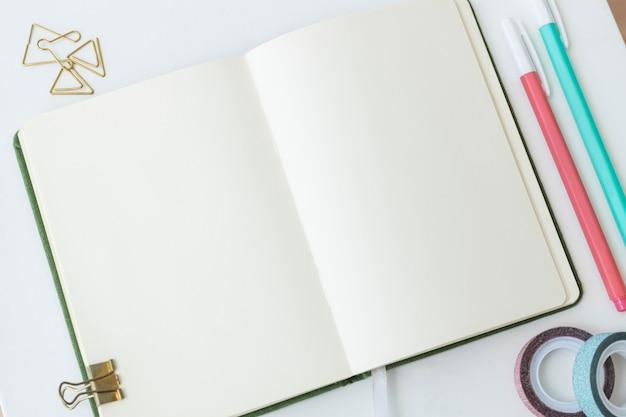 Пустая обычная страница ноутбука со стационарными Бесплатные Фотографии
