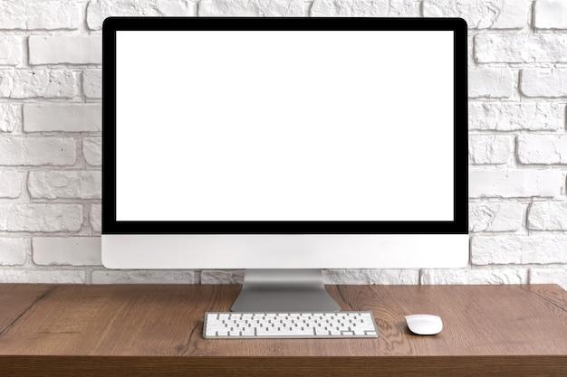 Рабочий стол компьютера пустой экран с клавиатурой и мышью на деревянном столе. концепция рабочего места. Premium Фотографии