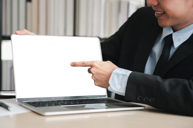 空白の画面のラップトップコンピューター Premium写真