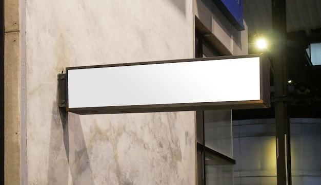 Пустой макет вывески магазина пустой шаблон светового лайтбокса магазина, закрепленный на стенеxa Premium Фотографии