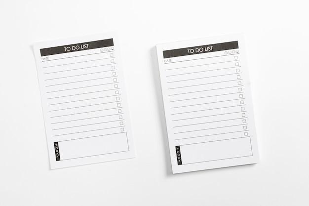 白い背景で隔離のチェックリストでリストプランナーを行うには空白。 無料写真