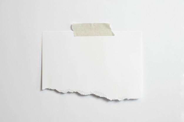 Пустой разорванный фоторамка с мягкими тенями и скотчем на белом фоне Бесплатные Фотографии