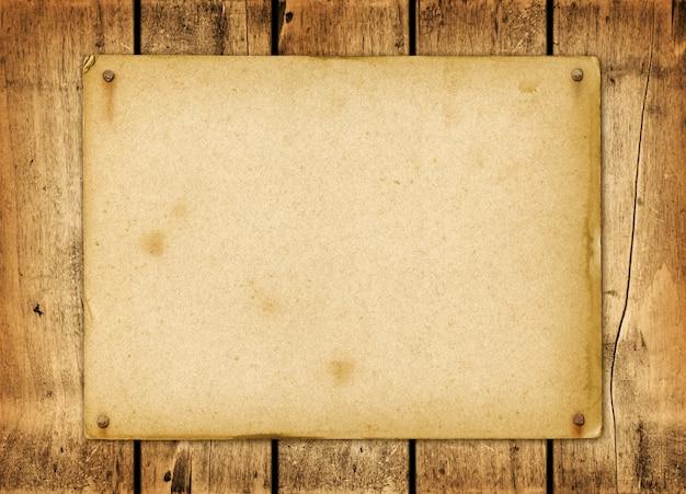 Kertas vintage kosong dipaku pada papan kayu Foto Premium