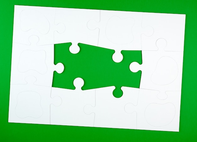 Blank white big puzzles on green Premium Photo