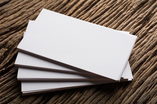 Бланк белый презентация визитной карточки фирменного стиля на фоне дерева Бесплатные Фотографии