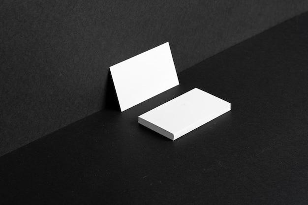 Пустые белые визитки, прислонившись к стене Premium Фотографии