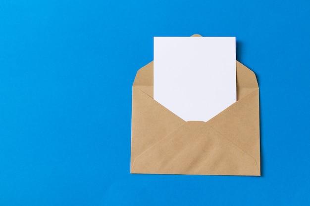 크래프트 갈색 종이 봉투 템플릿 빈 흰색 카드를 모의 프리미엄 사진