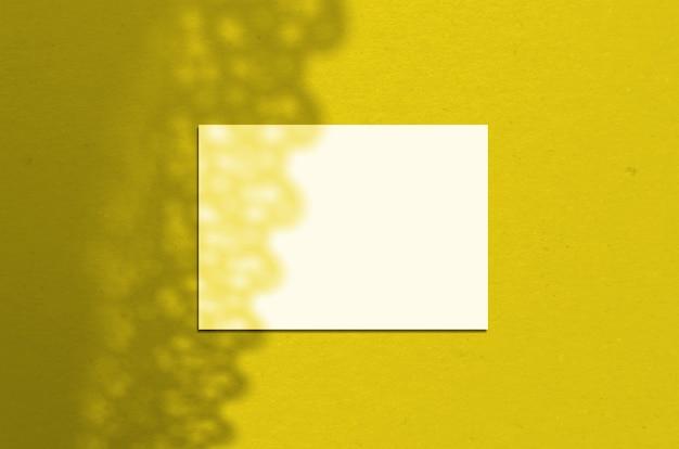그림자와 함께 빈 흰색 가로 종이 시트 5x7 인치 프리미엄 사진