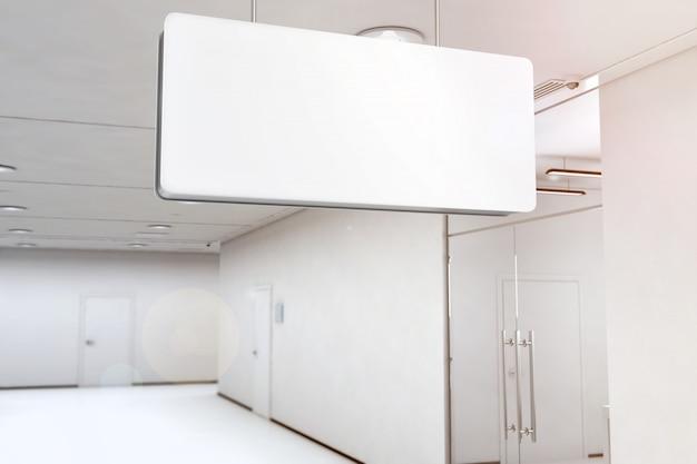 Пустой белый световой короб висит на потолке Premium Фотографии