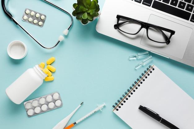 Пустая белая бумага с буфером обмена и ручка возле стетоскопа на синем фоне Бесплатные Фотографии