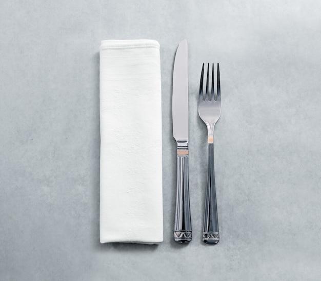 Макет салфетки пустой белый ресторан с ножом и вилкой, изолированные Premium Фотографии