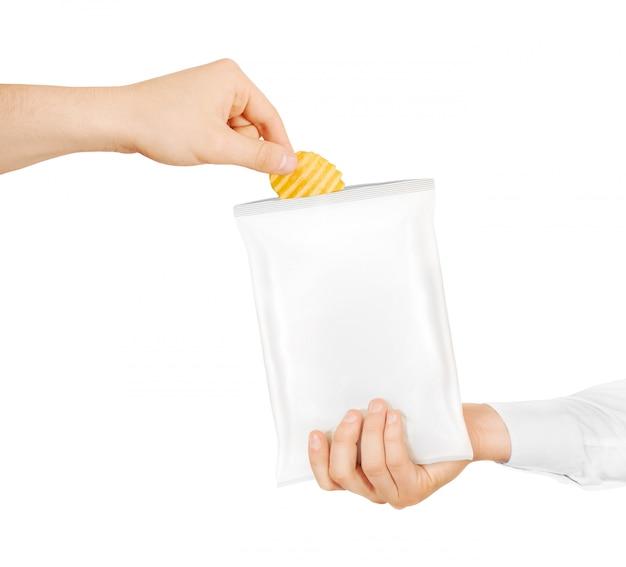 Пустой белый мешок закуски макет держать в руке изолированные Premium Фотографии