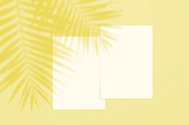 그림자 오버레이가있는 빈 흰색 세로 종이 시트 5x7 인치 프리미엄 사진