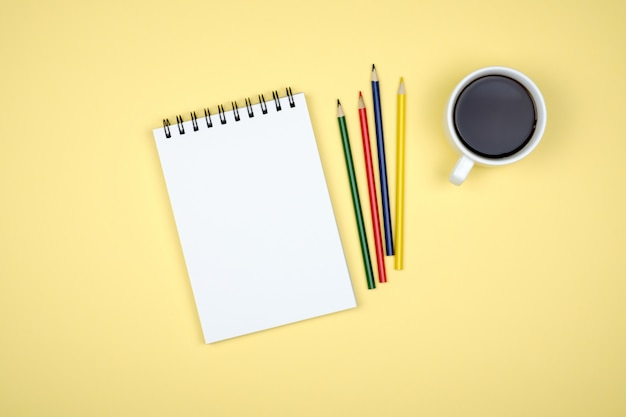 Blank writing pad for ideas on colored background Premium Photo