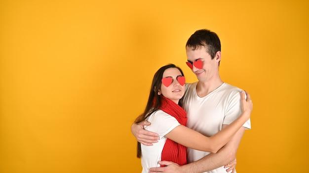 Ослепленный любовной парой на желтом Premium Фотографии