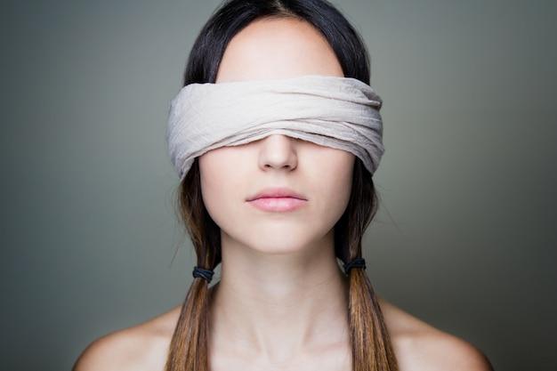 目隠し女性 Premium写真