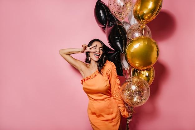 Блаженная стройная женщина танцует на ее дне рождения Бесплатные Фотографии
