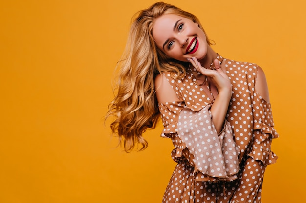 Blithesome caucasian woman with trendy makeup posing with smile. indoor shot of adorable white lady in vintage clothes. Free Photo