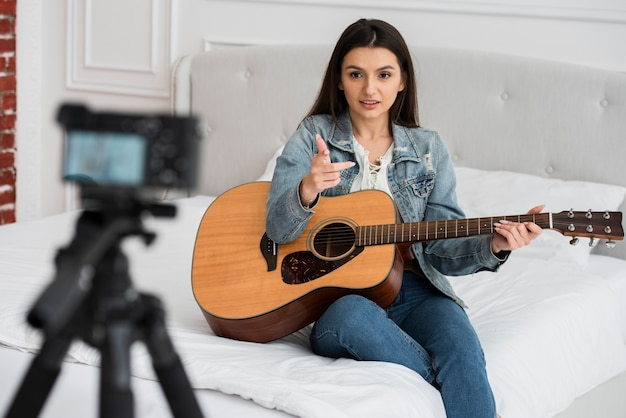 Blogger teaching how to play guitar Free Photo