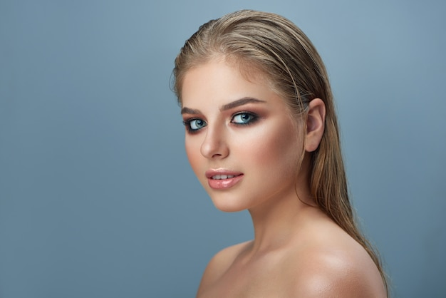 Blond pretty woman with professional make up and long hair. Premium Photo