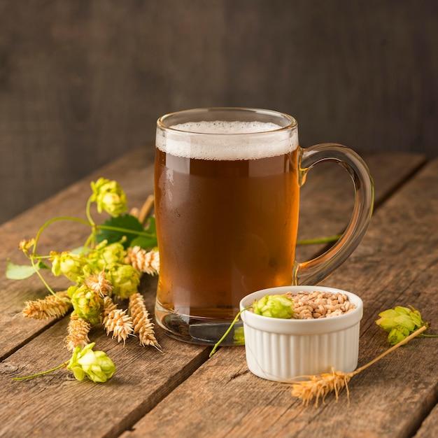 Кружка светлого пива и семена пшеницы Бесплатные Фотографии