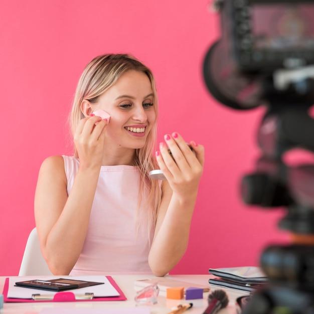金髪インフルエンサーレコーディングがビデオを構成 Premium写真