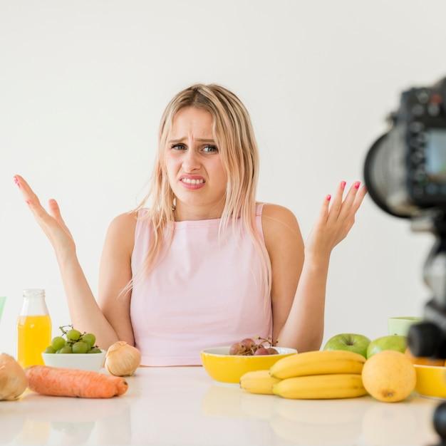栄養食品を記録する金髪のインフルエンサー 無料写真